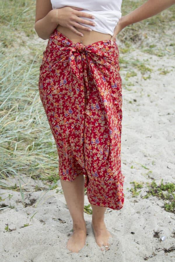 Rød silke nederdel